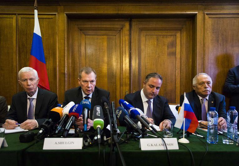 De Russische ambassadeur Sjoelgin (tweede van links), gisteren in Den Haag. Beeld EPA