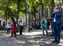 Een gesprek met gedupeerde ouders emotioneert Pieter Omtzigt.