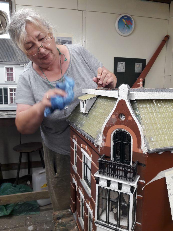 Aldona ontvet een huisje voor museum Oud Oosterhout.