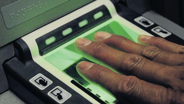 Bij binnenkomst in Europa moeten in de toekomst alle niet-Europeanen een gezichtsscan en tien vingerafdrukken laten maken. Beeld Corbis