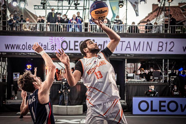 Dimeo van der Horst. Het Nederlandse 3x3 basketbalteam is nu zeker van een ticket voor de Olympische Spelen na een overwinning op Frankrijk in de halve finales van het kwalificatietoernooi. Beeld FIBA Basketball