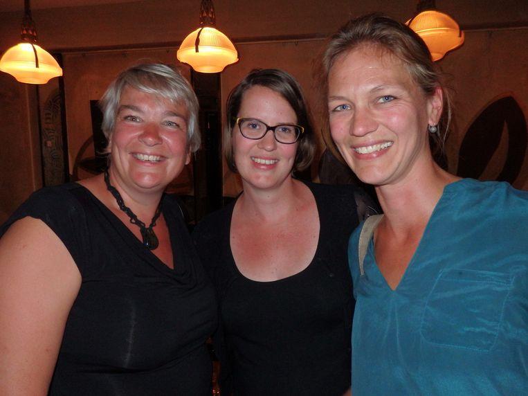 Kunnen Joyce Woudenberg (l), Janna Janssen (r) en oud-huisgenoot Irene Timmer (m) echt niets onaardigs over de man bedenken? 'Ehm....' Beeld Schuim