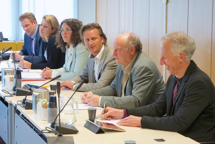 Tjebbe Vugts (uiterst links) bij de presentatie van het college-akkoord in Rheden in 2014.