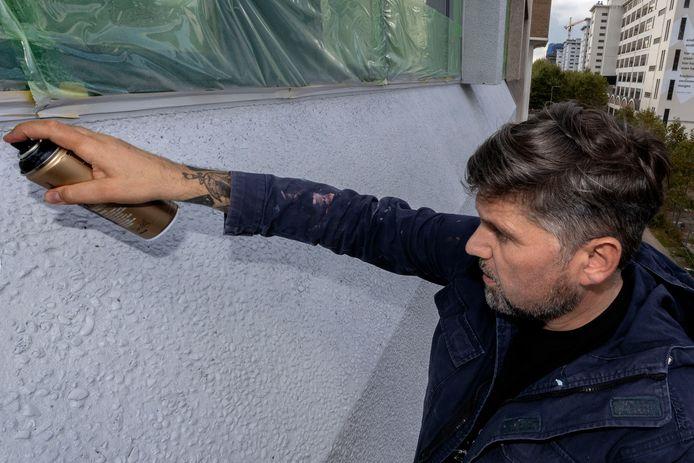 De Duitse kunstenaar Markus Genesius maakt een enorme graffiti op de gevels van het Videolab op Strijp-S in Eindhoven.