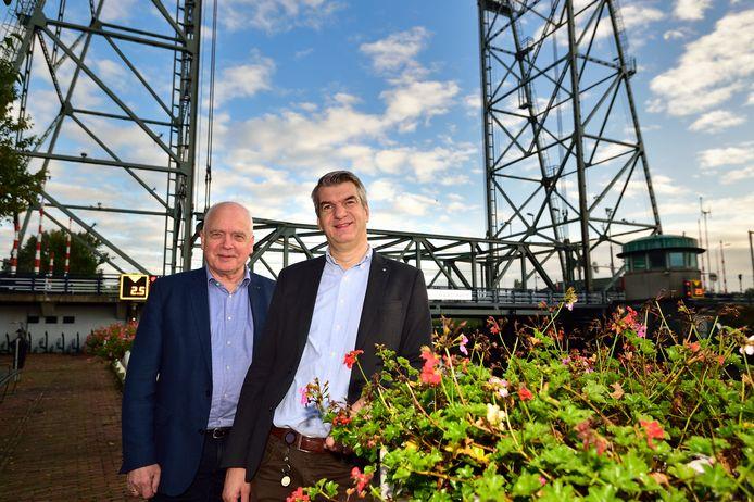 Thon Bostelaar ( links) is bestuurslid bij het Ondernemers Platform Waddinxveen (OPW). Hier met Jaap Bremmer bij de hefbrug van Waddinxveen.