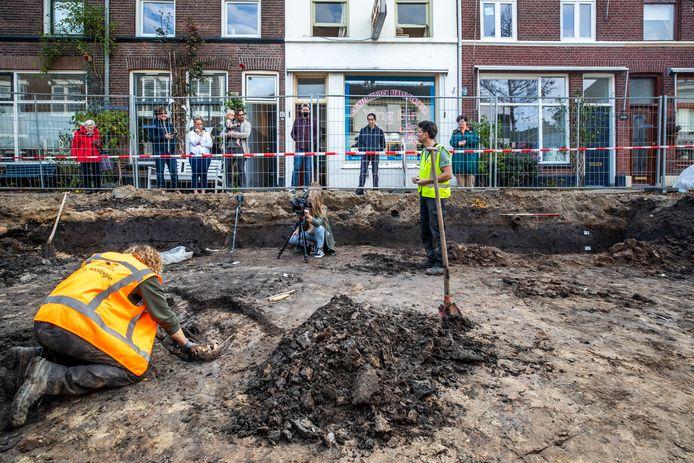 Tijdens werkzaamheden in de Oudwijkerdwarsstraat werd eerder al een skelet en nu een oude nederzetting gevonden.
