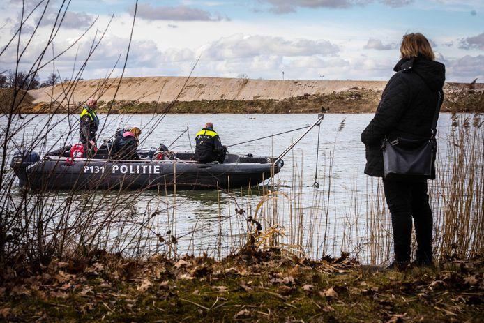 De politie zocht in maart 2018 met sonarapparatuur het water De Brink af in Liessel naar  Hans Martens en Piet Hölskens uit Asten die in 1974 zijn verdwenen.