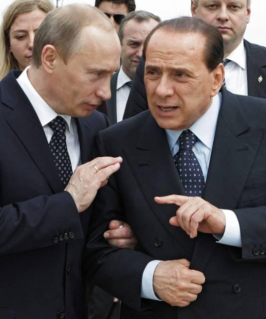 Poetin (L) en Berlusconi in 2008 in Italië.