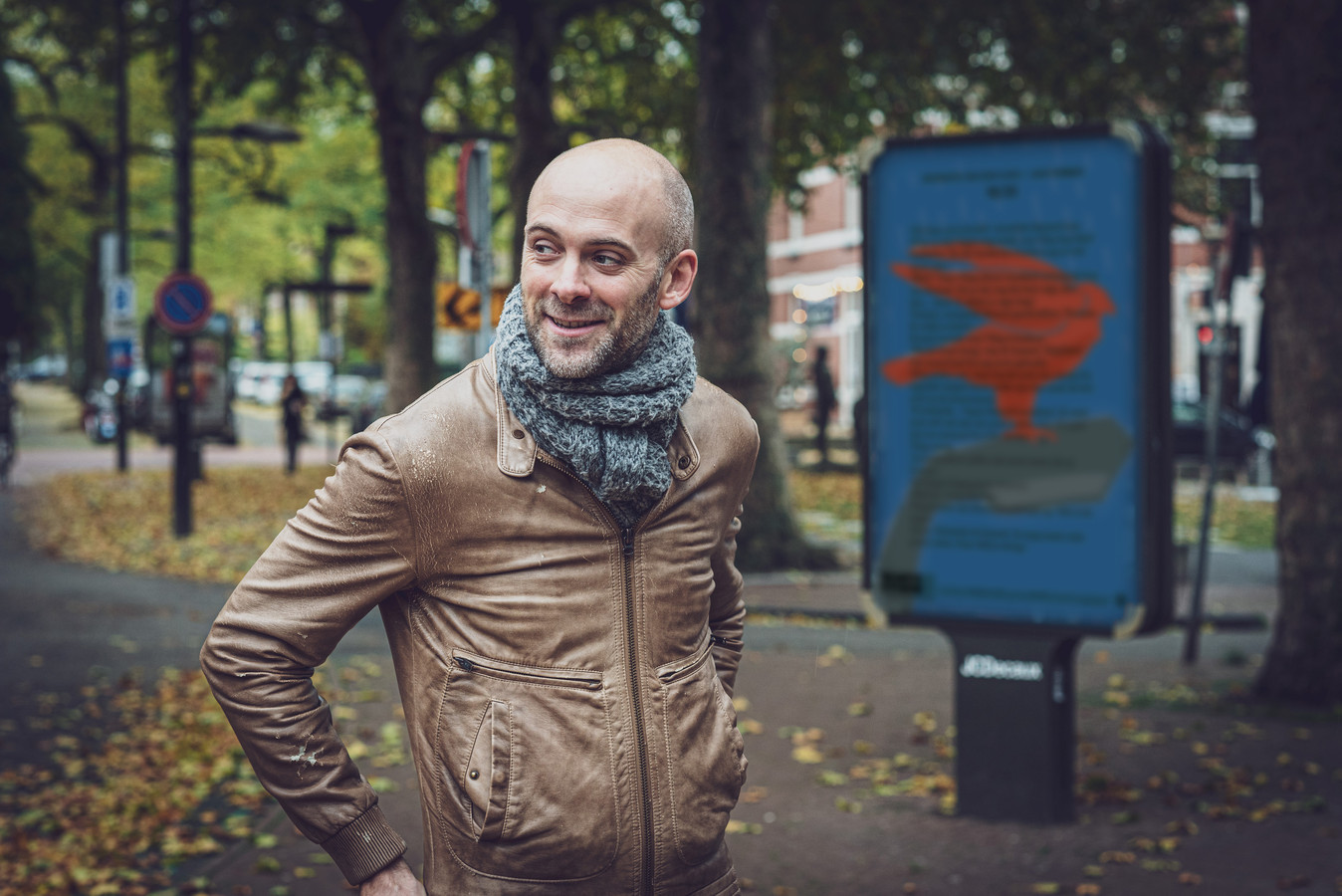 Jaap Robben bij een van de vijfentwintig Nijmeegse mupi's met het verhaal 'Biografie van een vlieg'.