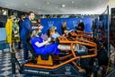 Prinsessen Ariane, Alexia en Amalia doen een E-Race onder toeziend oog van ex-coureur Robert Doornbos tijdens Koningsdag op de High Tech Campus.