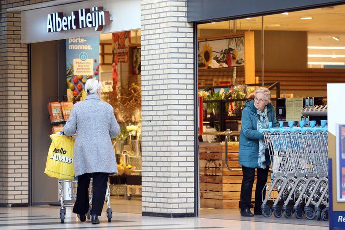 Door de coronacrisis hebben ook ouderen het online winkelen ontdekt en gaat een deel minder vaak naar de supermarkt.