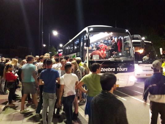 Grote rijen voor de bussen van NS.