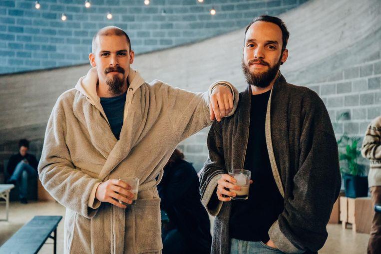 Jens Patteeuw (25) uit Kortrijk en Nathan Viaene (28) uit Zwevegem kwamen in kamerjas kijken naar de cultfim 'The Big Lebowski'.