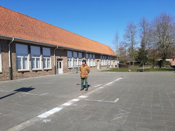 Meester Ignace van basisschool De Ooievaar in Poelkapelle moest door de coronamaatregelen vroeger dan gepland met pensioen. Hij ging nog een laatste keer luisteren naar de schoolbel om afscheid te nemen.
