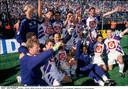 Luc Nilis en z'n Anderlecht-ploegmaats vieren na de bekerwinst tegen Club in 1994.