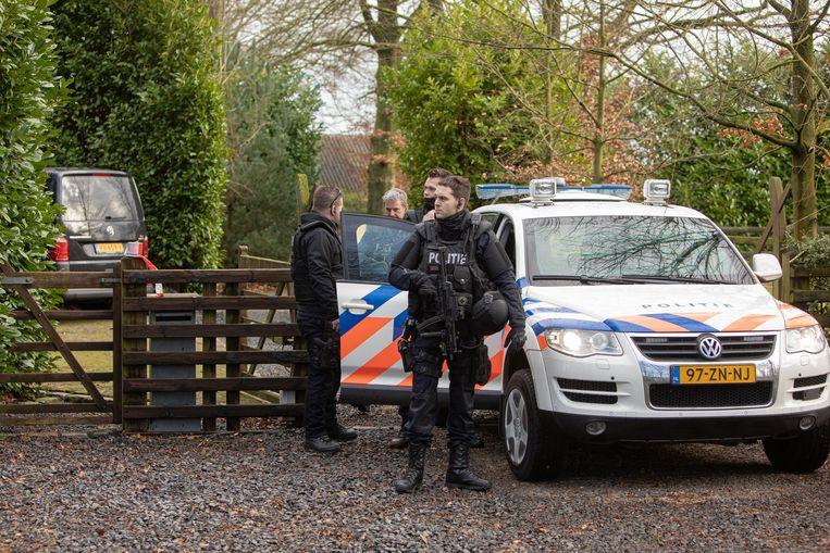 Een politie-eenheid bewaakt in februari een crystalmethlab dat in Eemnes is aangetroffen. Beeld Hollandse Hoogte / Caspar Huurdeman Fotografie