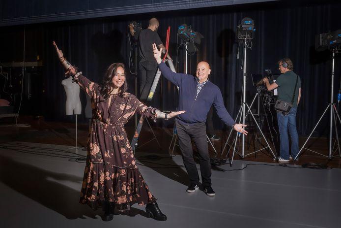 Rowana Wolff-Koffijberg en Rob Roos op het podium van Theater aan de Schie in Schiedam.