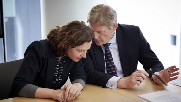 Minister Edith Schippers (L) en staatssecretaris Martin van Rijn van Volksgezondheid, Welzijn en Sport.