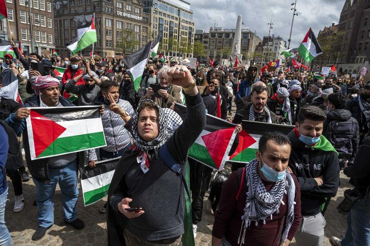 Actievoerders op de Dam tonen hun solidariteit met het Palestijnse volk.  Beeld ANP