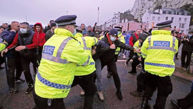 """Gestrande truckers keren zich tegen politie in Britse haven Dover: """"Situatie is onmenselijk"""""""