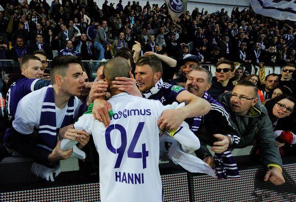 Hanni viert zijn doelpunt met de Anderlecht-fans.