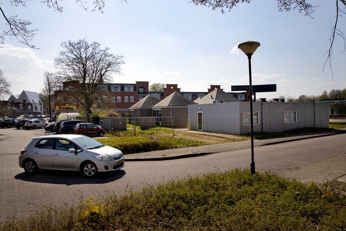 De parkeerplaats aan de Komweg/Elisabethplaats in Gemert, met rechts het leegstaande en te slopen Gasthuis en schuin daarachter (nog net zichtbaar) de Nettorama.
