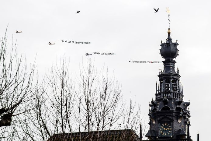 De vliegtuigjes van Vitesse-sponsor Waterontharder.com boven Nijmegen.