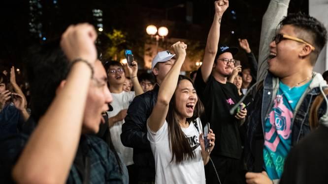 """Spectaculaire zege voor pro-democratiekamp bij verkiezingen in Hongkong, Lam belooft """"nederig"""" te luisteren"""