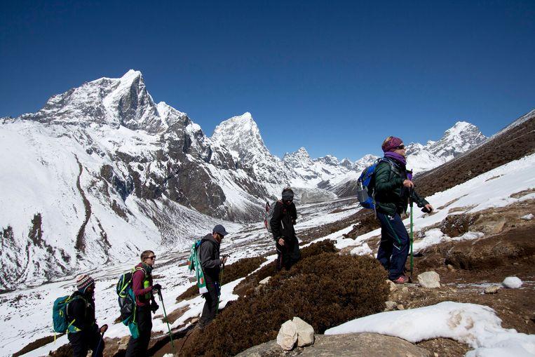 Een groep klimmers op een acclimatiseringswandeling bij het basiskamp onderaan de Mount Everest.   Beeld Tashi Sherpa / AP