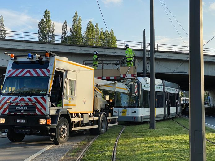 De bovenleiding wordt hersteld door de technische dienst van De Lijn.
