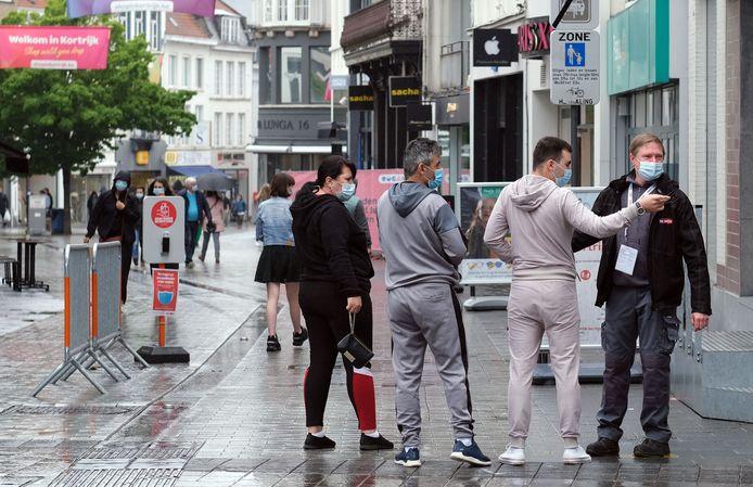 """Steward Stephane Van Brussel had het druk vandaag, aan de ingang van de Lange Steenstraat. """"Er zijn vandaag inderdaad opvallend meer Fransen aanwezig dan anders"""", vertelt hij."""