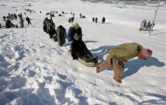 Toeristen worden op sleeën voortgetrokken in het skioord Gulmarg in Kashmir. Foto uit 2009.
