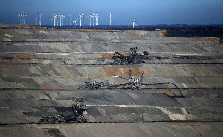 Inwinning van bruinkool in Hambach. Het inwinnen staat al jaren onder druk van milieuactivisten, die stellen dat het slecht voor het klimaat is.  Beeld AFP