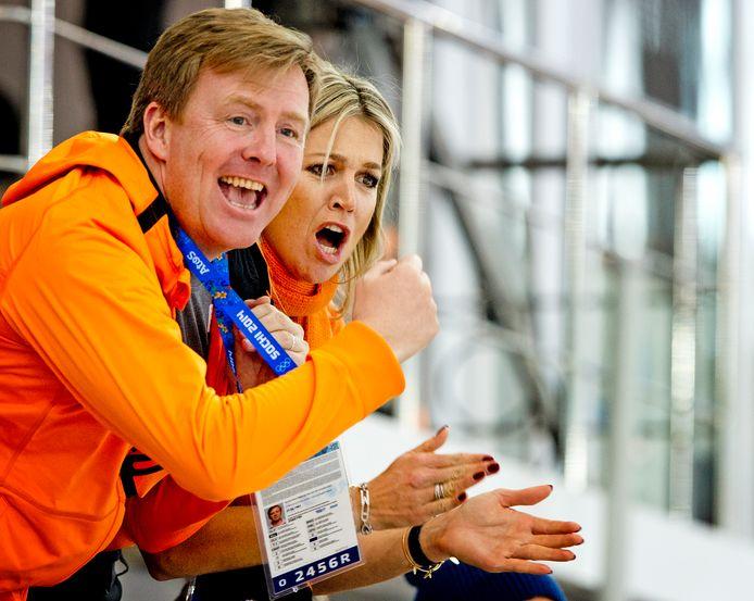 Koning Willem-Alexander en koningin Maxima moedigen Ireen Wüst aan tijdens haar rit op de 3000 meter op de Olympische Winterspelen.