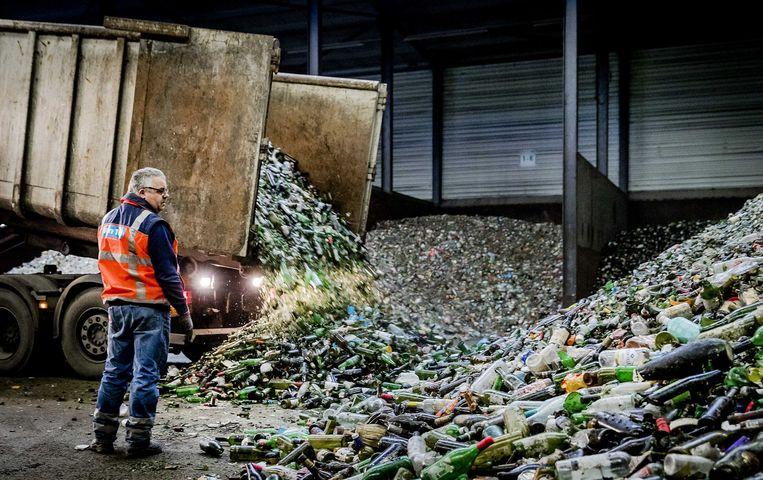 Leggen flessen bij glasrecyclingbedrijf Van Tuijl Glasrecycling, dat enorme hoeveelheden glas verwerkt. Vooral na de feestdagen is het druk. Beeld ANP