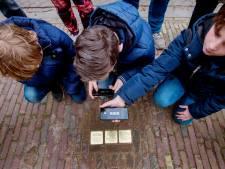 Struikelstenen zijn ook in Oisterwijk aan een poetsbeurt toe: messing verliest zijn glans