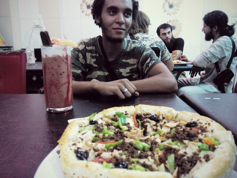 Abdelmalek Boutalliss in een snackbar in ar-Raqqah. Beeld Facebook