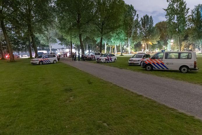 De politie is met meerdere voertuigen aanwezig in het Kralingse Bos na een melding van een feest..
