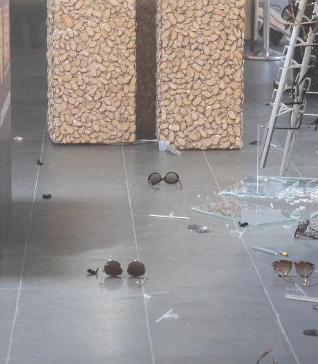 Inbrekers dringen opticien Linneweever binnen via dak