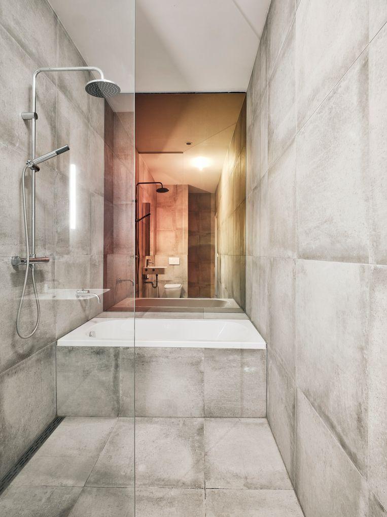 De badkamer. 'Mijn vriend wilde nog verder gaan en zelfs het toilet geen deur geven. Maar daar heb ik toch mijn veto over uitgesproken.' (lacht)  Beeld Christoffer Regild/Living Inside.
