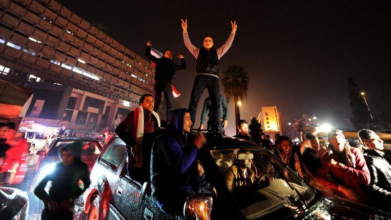 Syriërs vieren op straat dat het leger de buurten al-Sheik Saeed en al-Sukkari in Aleppo op rebellen heeft heroverd. Beeld Reuters