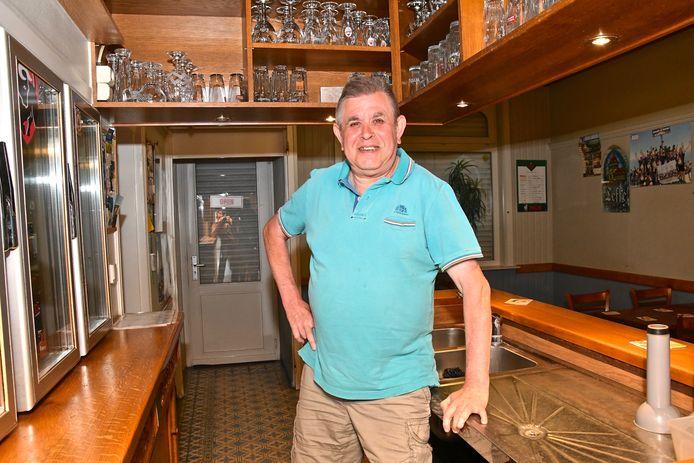 Patrick Dehem van café 'In De Lustigen Boer'. De prijs van de consumpties is ongewijzigd gebleven: 1,70 euro voor een pint of frisdrank.