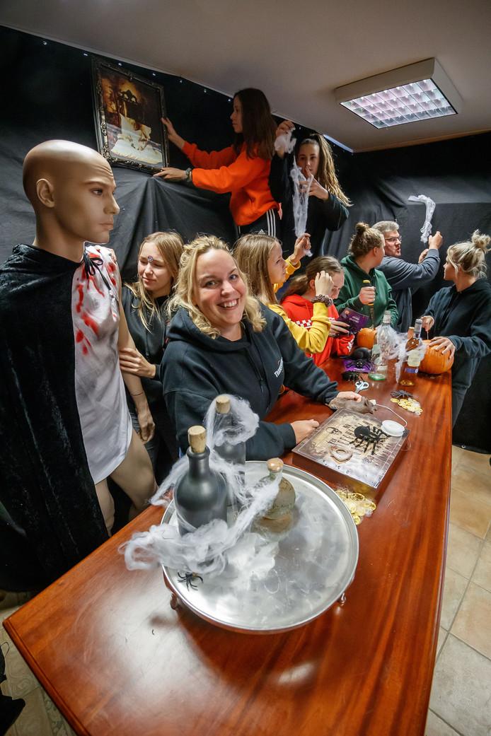 Annoeska Van De Vijfeijken organiseert dit jaar voor het laatst het grote Halloween-spookhuis in Wouw. Dat begint volgend weekend, maar de opbouw is al in volle gang.
