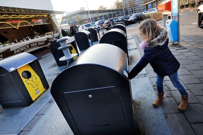 In steeds meer gemeenten wordt het afval gescheiden ingezameld in ondergrondse containers, zoals hier in Enschede.