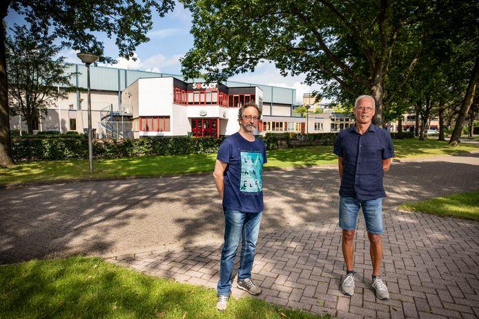Peter Hepp (links) en Jos Oude Avenhuis wonen tegenover de oude Verdegaalhal in hartje Tubbergen. Namens de buurt zetten zij zich in voor de komst van woningbouw in een parkachtige setting.