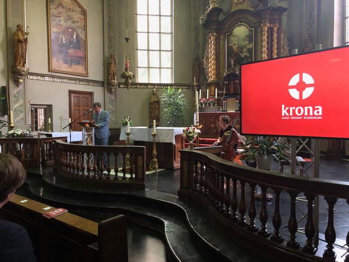 Burgemeester Hellegers onthulde de nieuwe naam en het logo van het museum: Krona, zoals op het scherm te zien.