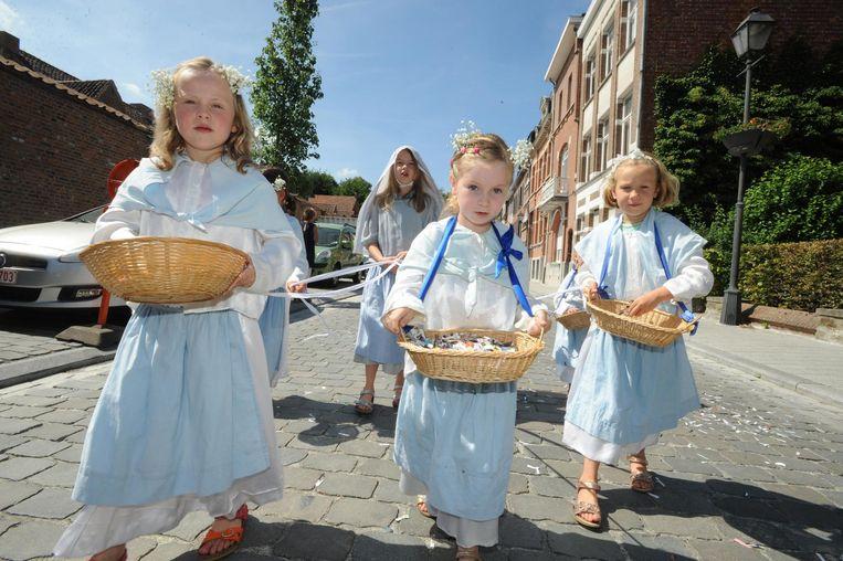 De kinderen in de processie doen heel wat harten smelten.