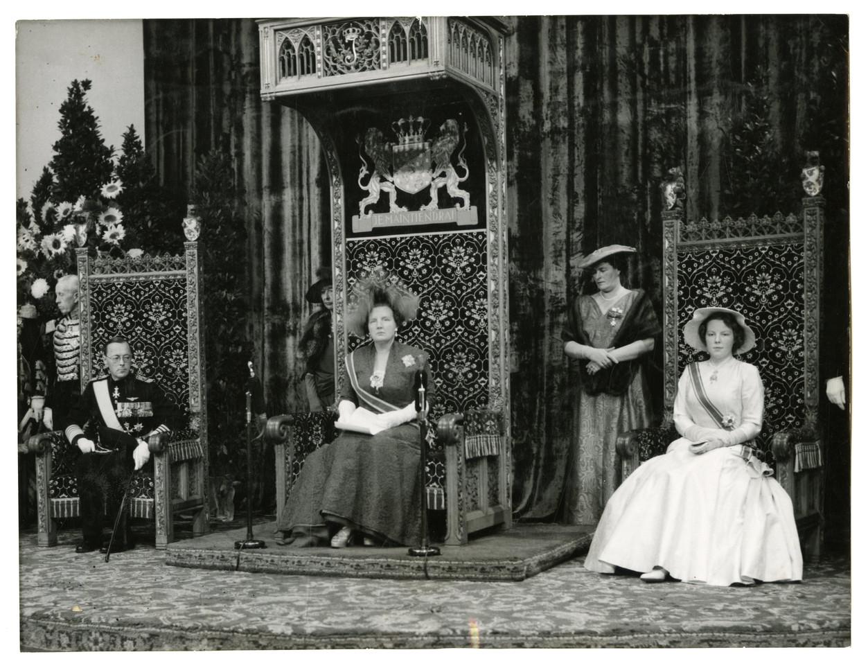 Koningin Juliana spreekt in de Ridderzaal de Troonrede uit in 1956. Links prins Bernhard, rechts prinses Beatrix, die voor het eerst de toespraak bijwoonde.