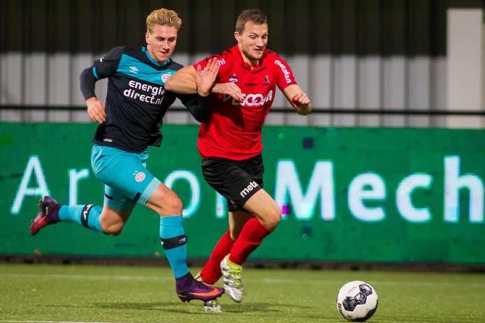 Steven Edwards (rechts) schudt Jong PSV'er Matthias Verreth van zich af.