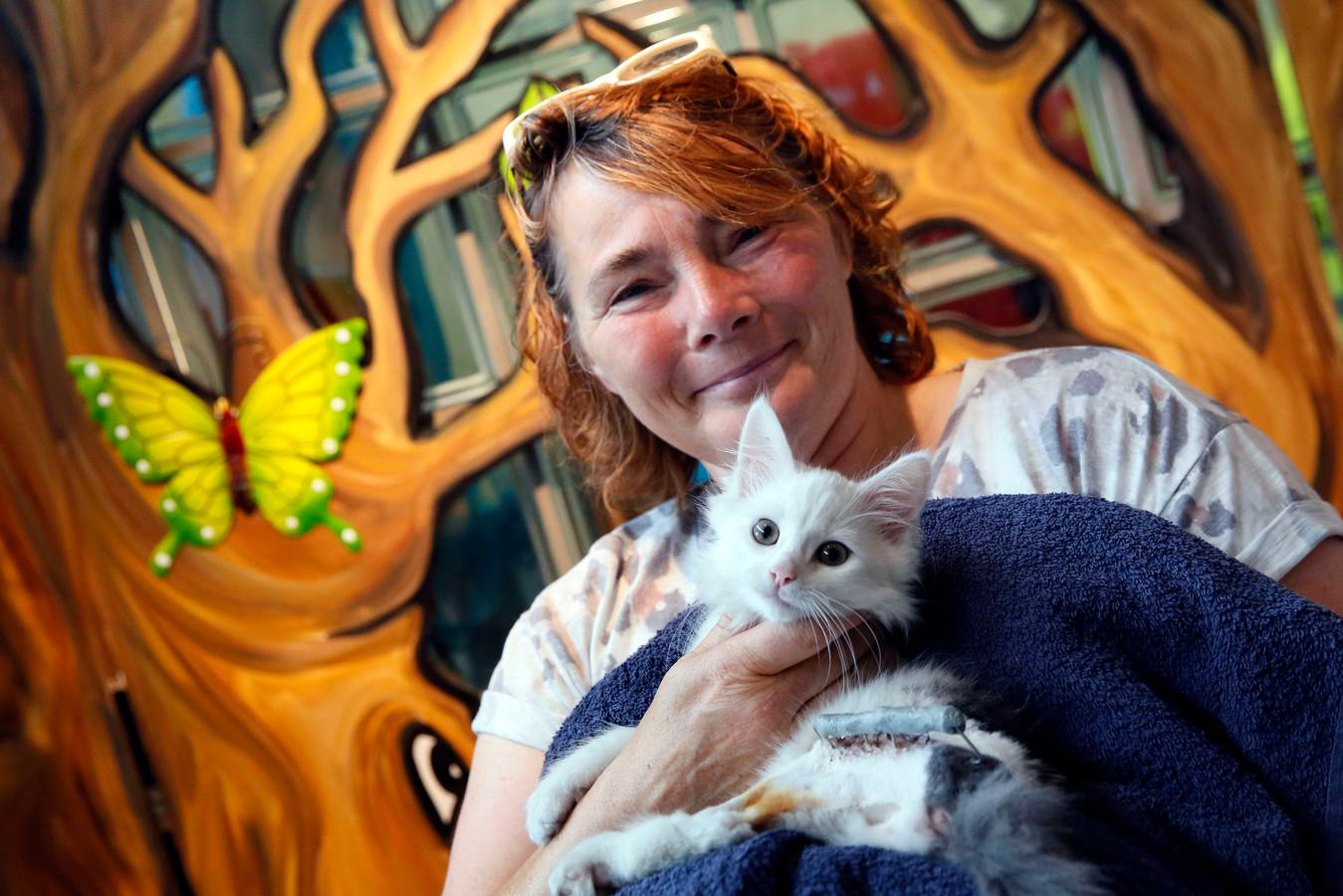 Cora Rikkelman met een kat uit het dierenasiel (archiefbeeld).